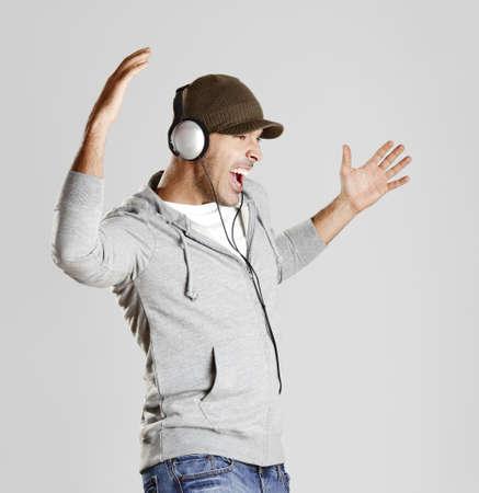 audifonos: Retrato de un hombre feliz escuchar m�sica con auriculares