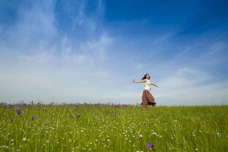 chicas bailando: Mujer joven bailando en un hermoso Prado verde