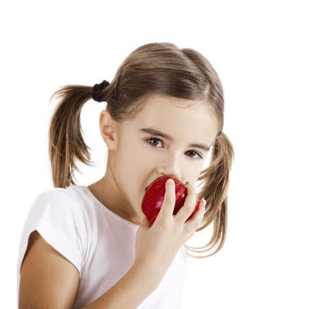 meisje eten: Portret van een mooi klein meisje een rode appel eten
