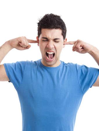 ruido: Retrato de joven perturbado shoutingwhile poner los dedos la escucha