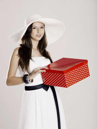 donne eleganti: Bella e felice young woman holding un regalo