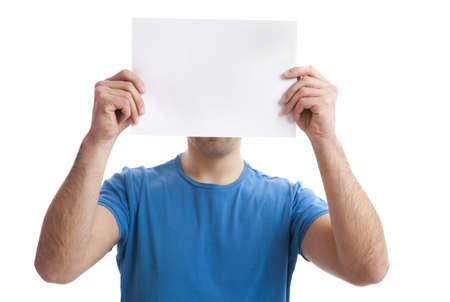 one sheet: Ragazzo giovane, tenendo un bordo bianco bill sopra la faccia isolata on white