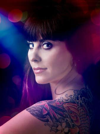 sexy tattoo: Retrato art�stico de una hermosa joven con un tatuaje en la espalda Foto de archivo