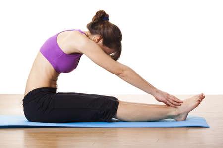 растягивание: Красивая и спортивная молодая женщина делает фитнес упражнения