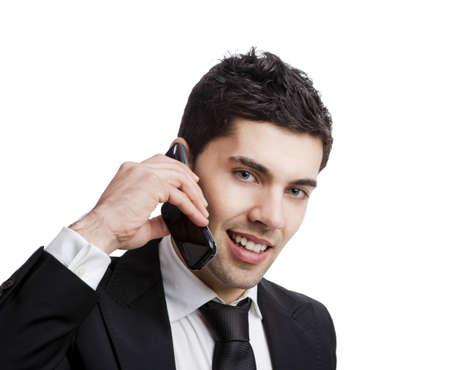 llamando: Empresario hablando en un tel�fono celular, aislado sobre un fondo blanco