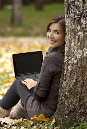 Mooie vrouw werken met een laptop in de buitenlucht Stockfoto
