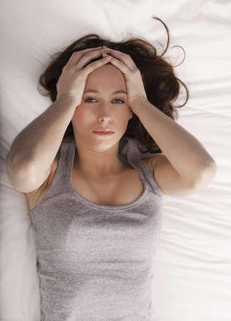 insomnio: Chica joven con las manos en la cabeza de pd un dolor de cabeza Foto de archivo