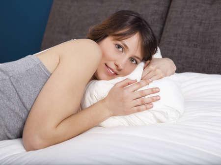 femme en sous vetements: Belle jeune femme couchée sur le lit