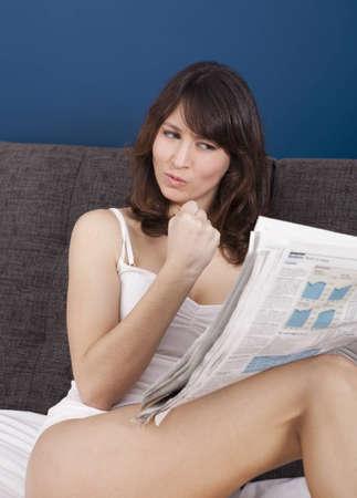 piernas sexys: Mujer joven feliz buscar un trabajo con una expresión de enojo