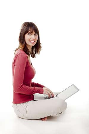 frau sitzt am boden: Sch�ne Frau auf dem Boden sitzen und die Arbeit mit einem Laptop