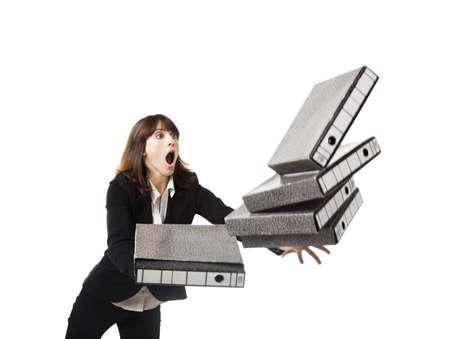 Femme dans le bureau de trébucher avec un tas de dossiers dans les mains, isolé sur blanc