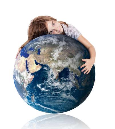Niña abrazando el planeta tierra sobre un fondo blanco