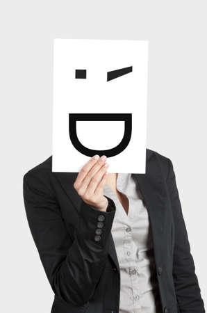 winking: Donna, mostrando un foglio bianco con un sorriso ammiccante di fronte al suo volto