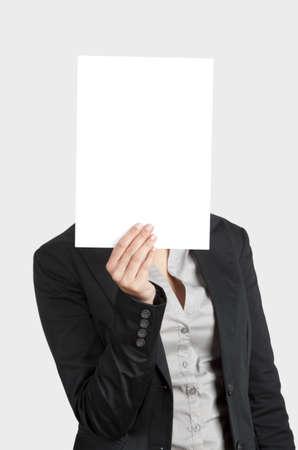 one sheet: Donna mostrando un foglio bianco di carta di fronte a lei testa