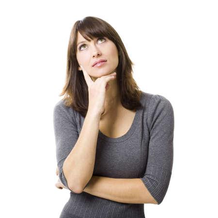 mujer pensando: Retrato de un pensamiento joven hermoso, aislado en fondo blanco
