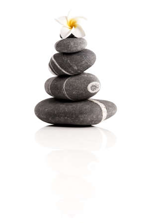 terapias alternativas: Las piedras pir�mide con una flor plumeria, aislados en fondo blanco
