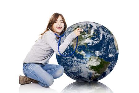 niños reciclando: Retrato de una niña auscultar la salud del planeta tierra con un estetoscopio, aislado sobre fondo blanco