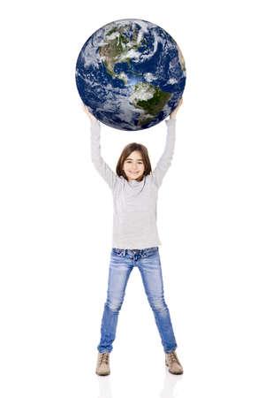 niños reciclando: Retrato de una niña que sostiene un pequeño planeta tierra en sus manos, aisladas sobre fondo blanco
