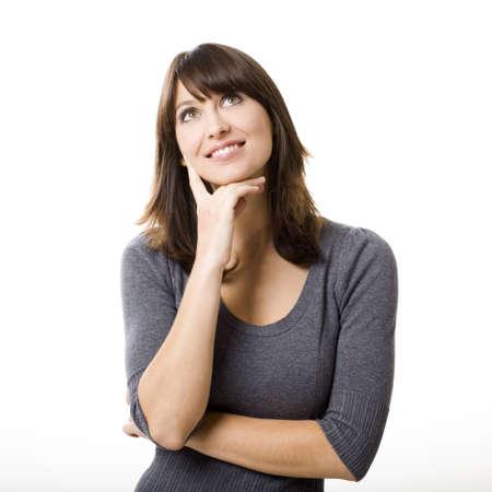 mujer pensativa: Retrato de un pensamiento joven hermoso, aislado en fondo blanco