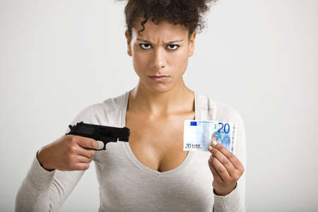mujer con pistola: Mujer africana disparar un billete en euros, gran concepto de la crisis global