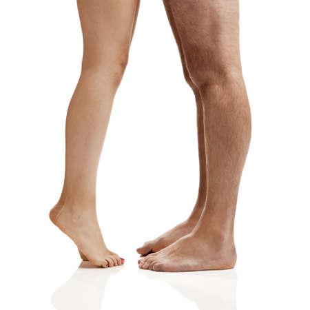 hombre desnudo: Piernas del hombre y de la mujer aislada en un fondo blanco Foto de archivo