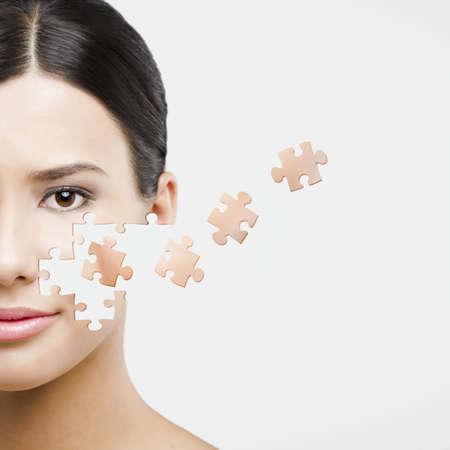 puzzle pieces: Beauty-Konzept einer sch�nen asiatischen Frau mit Puzzleteile in das Gesicht