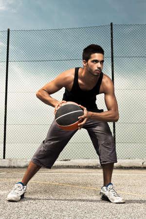 sportsman: Retrato de hombre joven jugador canasta calle