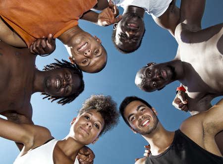 multicultureel: Groepsportret van mannelijke en vrouwelijke jongeren in de buitenlucht Stockfoto