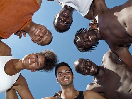 juventud: Retrato de grupo de j�venes hombres y mujeres en al aire libre Foto de archivo