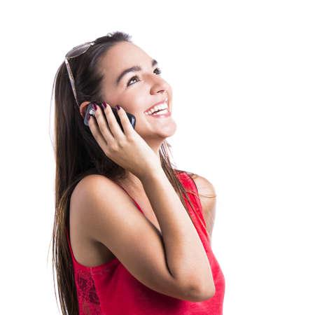 llamando: Mujer hermosa que habla en el teléfono celular, aisladas sobre fondo blanco Foto de archivo