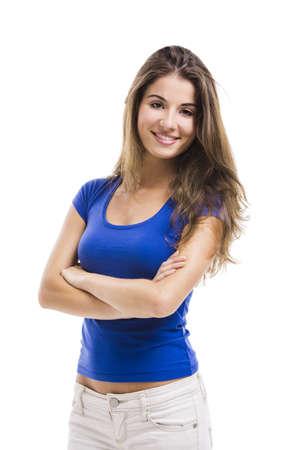 caras emociones: Hermosa mujer joven de pie con los brazos cruzados sobre un fondo blanco