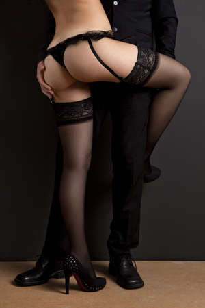 sexo: Homem de neg�cios e uma mulher jovem e sexy em lingerie. Conceito sobre o trabalho e prazer