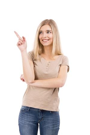Mooie blonde vrouw lachen en wijst naar links, geïsoleerd op witte achtergrond Stockfoto