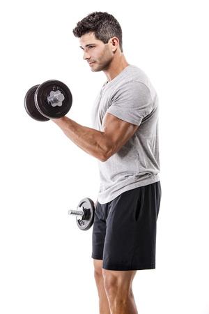 Portret van een gespierde man tillen gewichten, geïsoleerd op een witte achtergrond