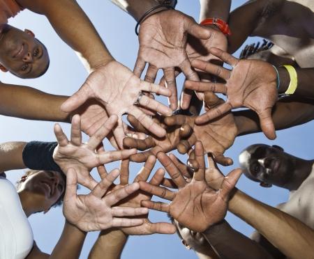 一緒に手を入れて混血の人々 のグループ
