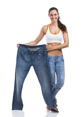 コンセプトのダイエットで大規模なジーンズを持つ女性