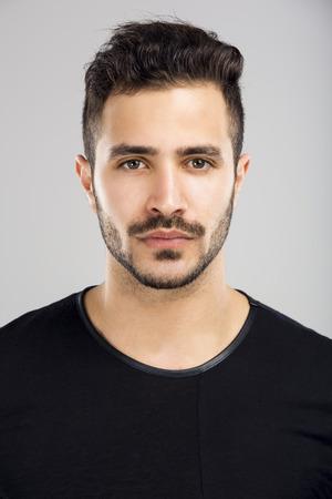 Portret van een mooie Latijnse mens met een ernstige uitdrukking Stockfoto