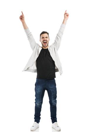 Succesvolle jonge Latijns-man met armen omhoog