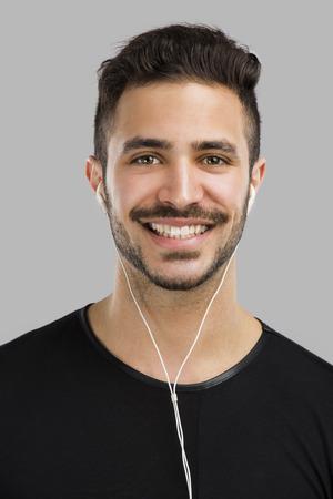 Portret van Latijns-man glimlachend en luisteren muziek