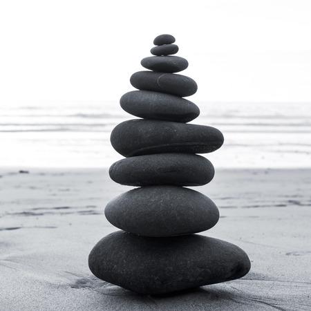 禅のバランスの取れた石のスタックをクローズ アップ 写真素材