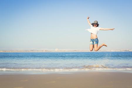 해변을 즐기는 아름다운 젊은 여자 스톡 콘텐츠