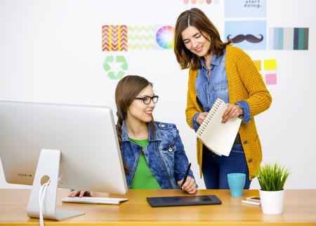 Mulheres que trabalham na mesa Em um escritório criativo, trabalho em equipe Foto de archivo - 39848968