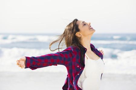 夏を楽しんでビーチで美しく、幸せなティーン