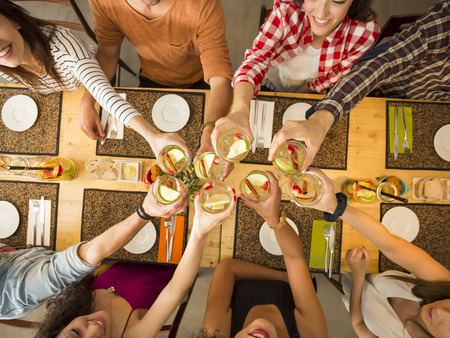 乾杯とレストランで幸せを探している人々 のグループ