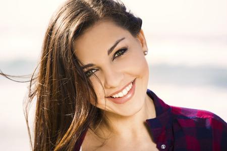 Belle et heureuse adolescent sur la plage profiter de l'été Banque d'images - 42536636