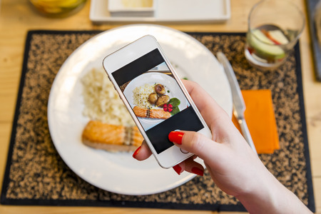 Tomar una foto de la comida en el restaurante Foto de archivo - 43059969