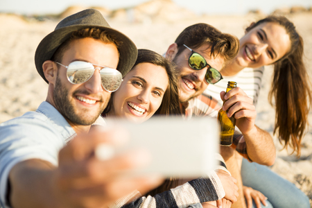 Group of friends at the beach making a selfie together 免版税图像