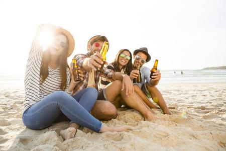 Amigos que se divierten juntos en la playa y beber una cerveza fría Foto de archivo - 43062506