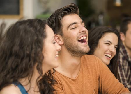 Multi-etnische Groep gelukkige vrienden plezier in het restaurant
