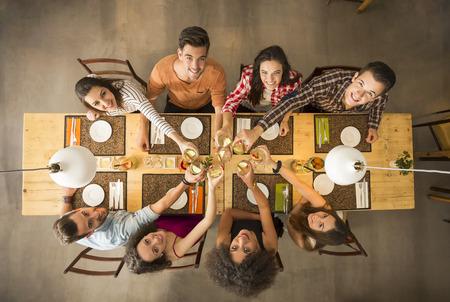 토스트와 레스토랑에서 행복을 찾고 사람들의 그룹